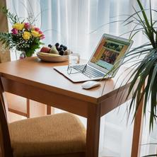 Pokoj hotelu KALIMETA - příjemné pracovní prostředí