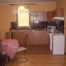 Vybavená kuchyň s obývacím pokojem a se vstupem na krytou terasu