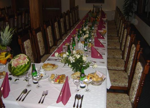 golden-golem-hotel_velky-salonek-v-golemove-restaurantu-1