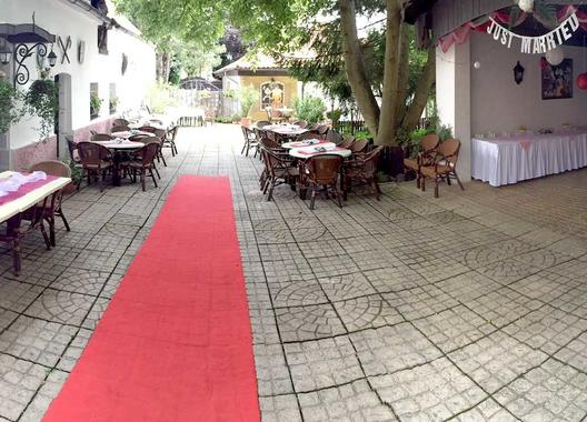 golden-golem-hotel_velky-salonek-v-golemove-restaurantu-7
