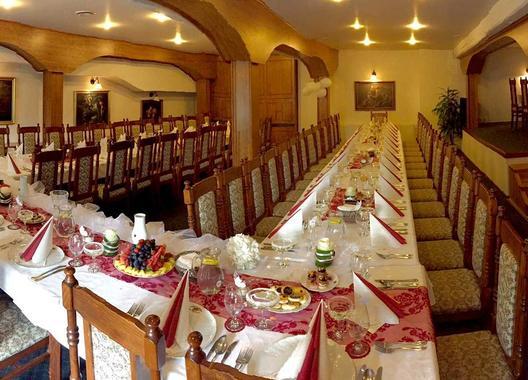 golden-golem-hotel_velky-salonek-v-golemove-restaurantu-5