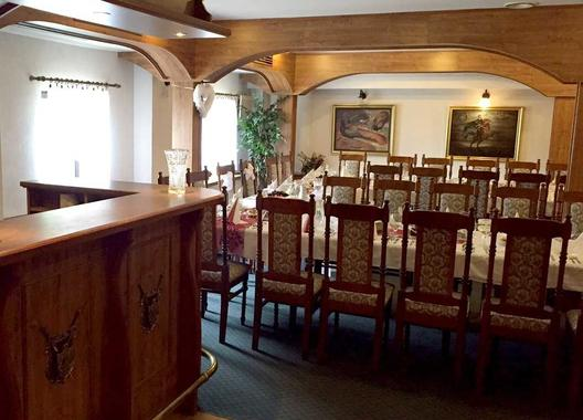 golden-golem-hotel_velky-salonek-v-golemove-restaurantu-3