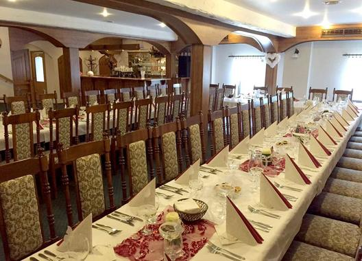 golden-golem-hotel_velky-salonek-v-golemove-restaurantu-4