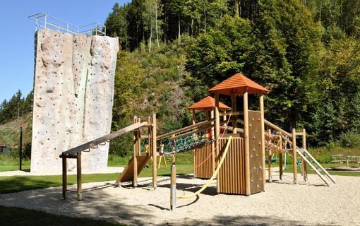 Wellness hotel Bozeňov Bozeňov - dětské hřiště, v pozadí lezecká věž