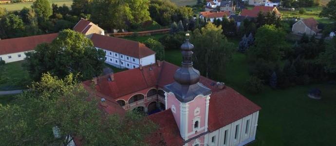 Penzion Zámek Lešany 49489390