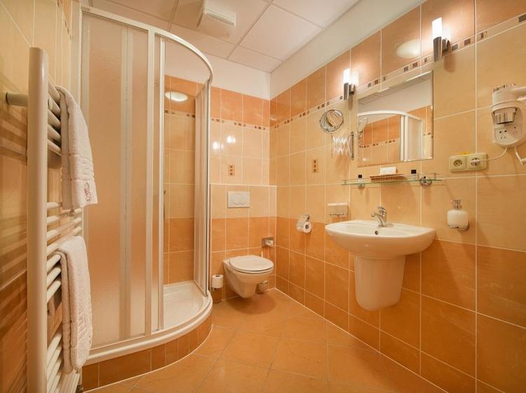 Koupelna v pokoji ve vedlejší budově