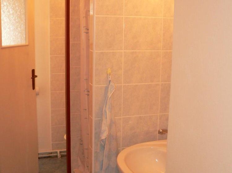 2x společné sprchy a WC pro 31 a 32