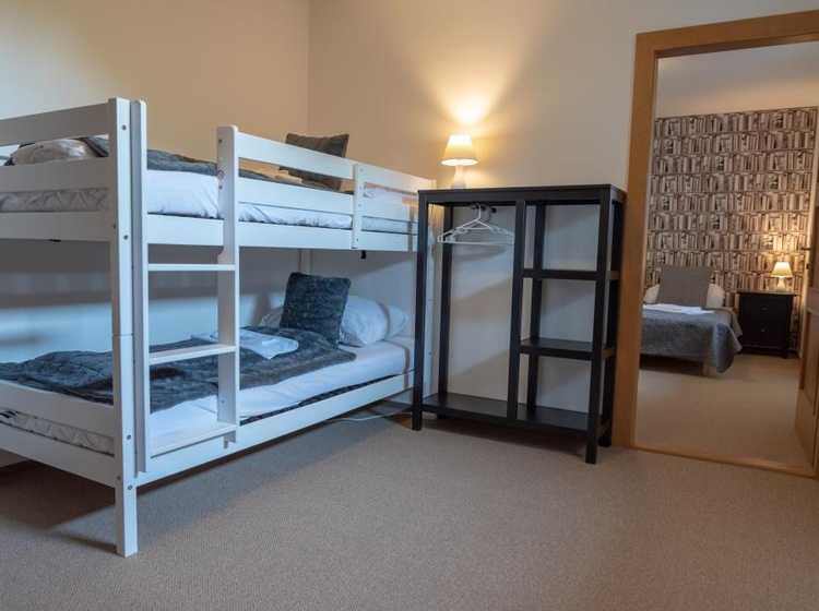 Pokoj s patrovou postelí a dalším lůžkem