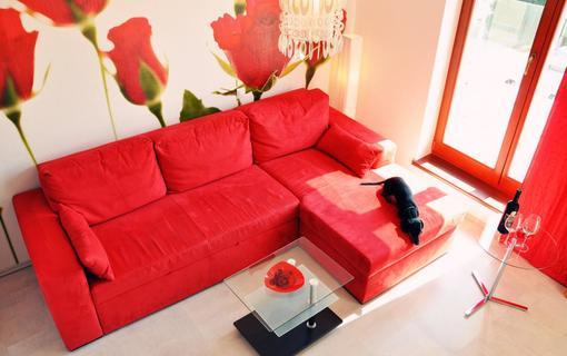 Design hotel RomantiCK Apartmá Růže rudá. Obývací pokoj se vstupem na terasu.