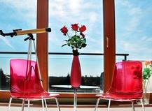 Design hotel RomantiCK Apartmá Růže rudá. Výhled s dalekohledem