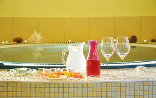 Design hotel RomantiCK Osvěžení po horké koupeli v květinové wellness zóně Slunečnice.