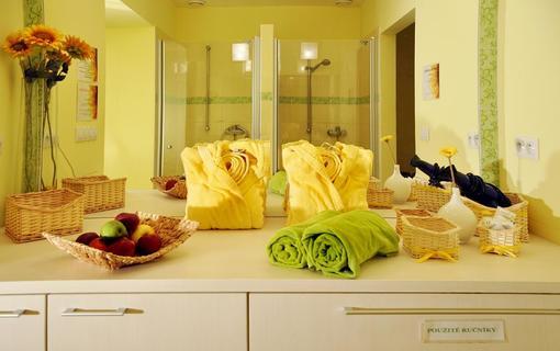 Design hotel RomantiCK Pro vaše osvežení připravíme ovocnou mísu, pro vaše pohodlí župany.