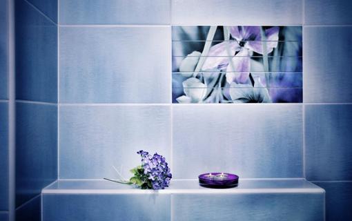 Design hotel RomantiCK Fialková koupelna se sprchovým koutem.