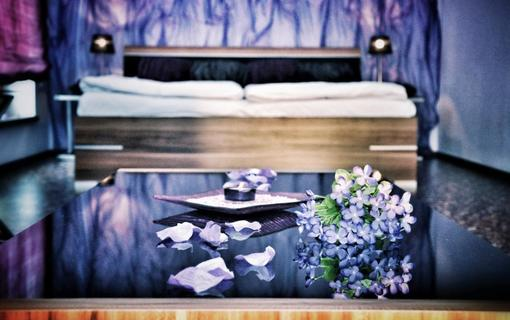 Design hotel RomantiCK Prostorný superior pokoj Fialka.