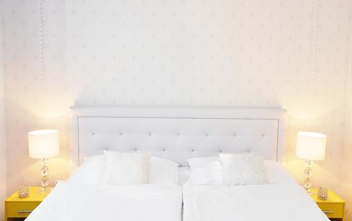 Design hotel RomantiCK Elegantní superior pokoj Pomněnka s koupelnou uzpůsobenou invalidům.