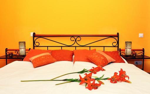 Design hotel RomantiCK Oranžová romantika v klasik pokoji Lilie.