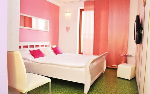 Design hotel RomantiCK Klasik pokoj Sedmikráska.