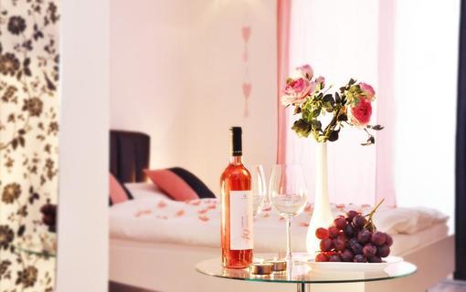 Design hotel RomantiCK Láskyplné uvítání na pokoji klasik Šípková růže.