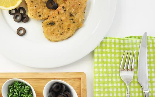 Design hotel RomantiCK Kuřecí řízečky v krustě z oliv, parmezánu a bylinek.