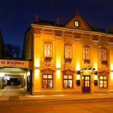Noční foto hotelu