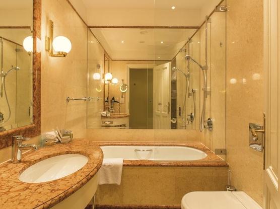 Le Palais Art Hotel Praha Koupelna v Petit apartmánu