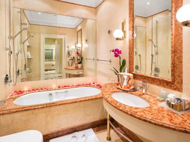 Koupelna z mramoru včetně vyhřívané podlahy