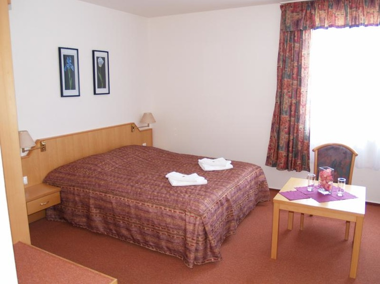 Pokoj s manželskou postelí a přistýlkou