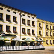 Průčelí hotelu s terasou