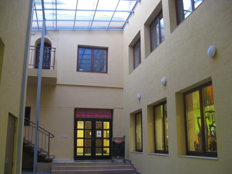 Vchod do restaurace a sálu