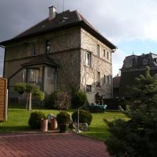 pohled na dům majitele bez listí před zimou - Liberec