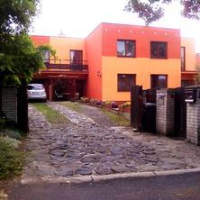 Dům z pohledu příjezdu