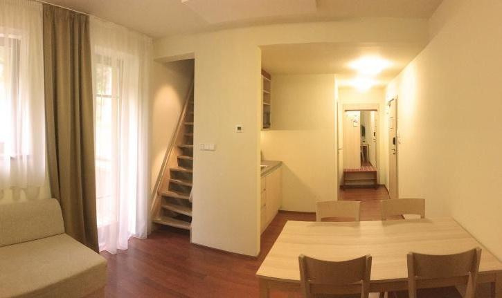 Dvoulůžkový pokoj s balkónem, kuchyňkou, ložnice v patře