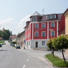 Hotel Ostrov Garni, budova, ulice