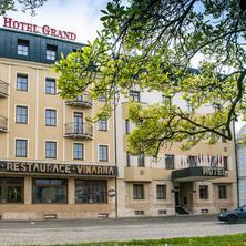 Pohled na hotel z náměstí