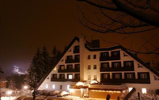 Hotel Mesit Zima noční pohled