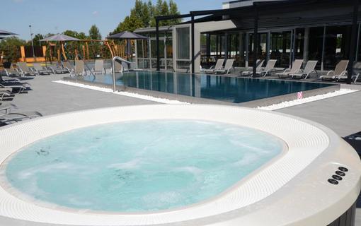 HOTEL AURA PRAHA design & garden wellness pool Venkovní vířivka