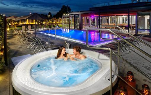 HOTEL AURA PRAHA design & garden wellness pool Vířivka