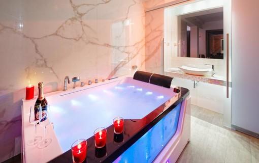 Luxusní pobyt s vířivkou na privátní terase-HOTEL AURA PRAHA design & garden wellness pool 1154287775