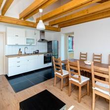 kuchyň a posezení