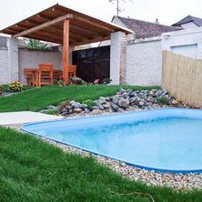 venkovní prostory s posezením a bazénem