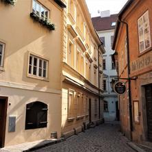 Charles Bridge Blind street house Praha