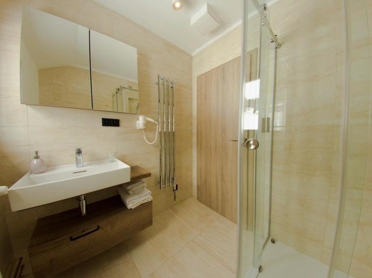 Třílůžkový pokoj Superior koupelna