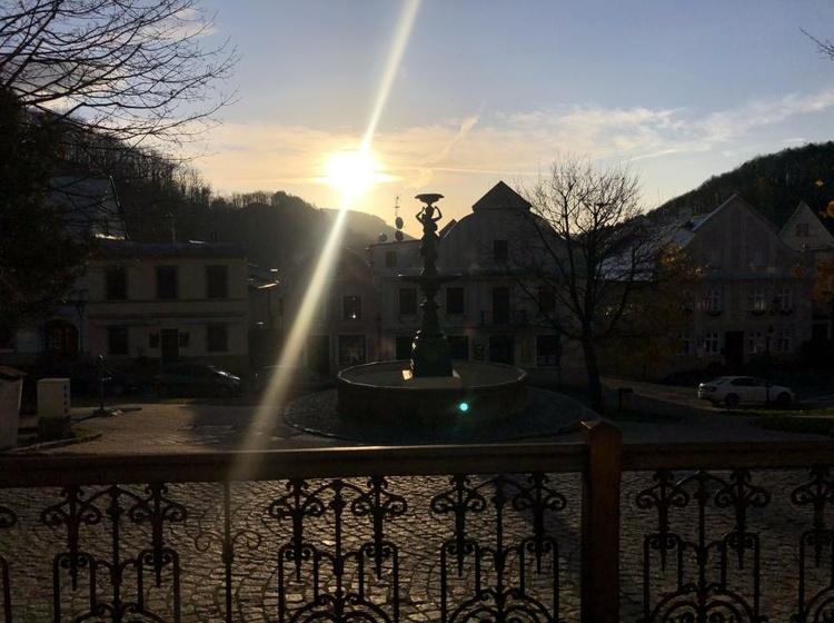 Pohled na náměstí při východu slunce
