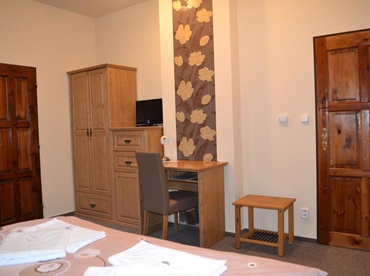 úložné prostory a psací stůl v pokoji č.3
