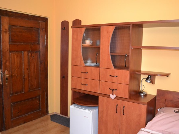 Skříňky a lednička v pokoji č.5
