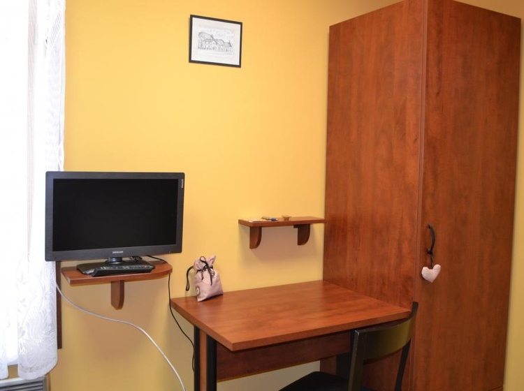 Psací stůl a šatní skříň v pokoji č.5